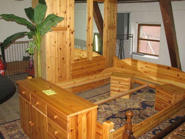 Ložnice- postel 190*200+skříň 195*55*v.195+2 noční stolky + komoda