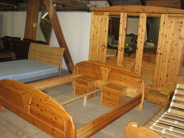 Ložnice, skříň(245*57*v.213), 2x noční stolek, + postel