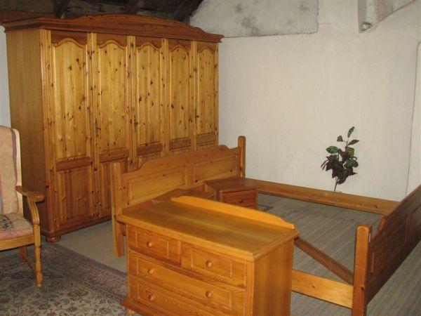 Ložnice: postel(205*184)+Skříň(253*60*v.210)+komoda+2 noční stolky