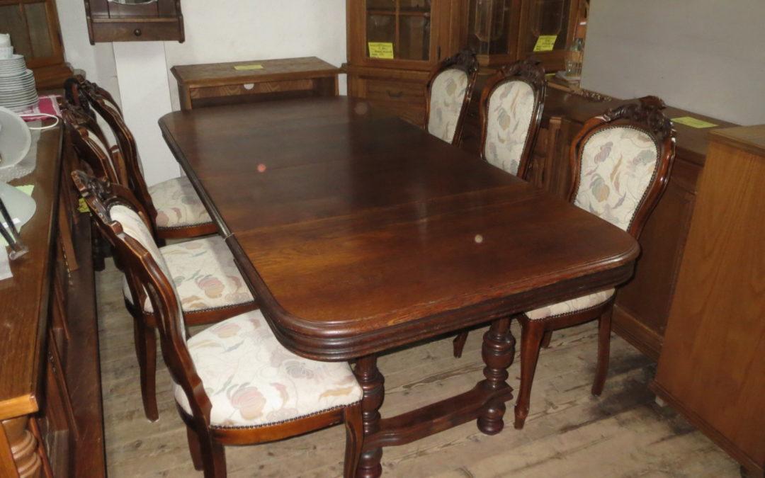 Stůl rozkl. + 6 barokních židlí