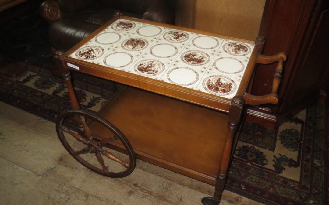 Servírovací stolek s dlažbou