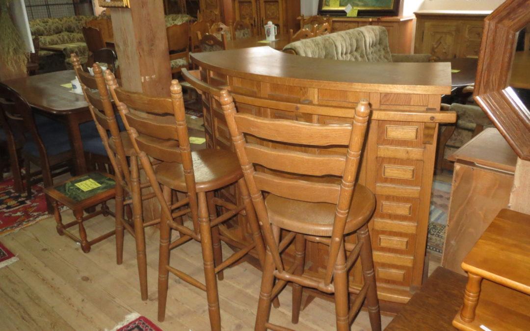 Bar s 3 barovými židlemi